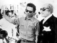 Pasolini e Totò. Il regista indossa la camicia di cui parla la Fallaci